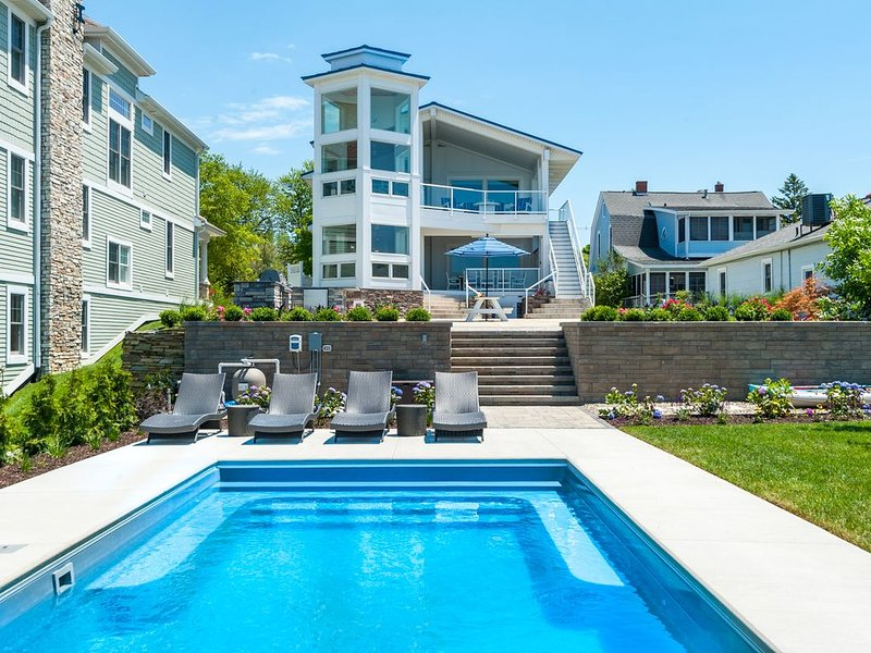 6 Bedroom w/Swimming Pool, Fire Pit & Private Beach on Coveted Golden Mile!, location de vacances à South Haven