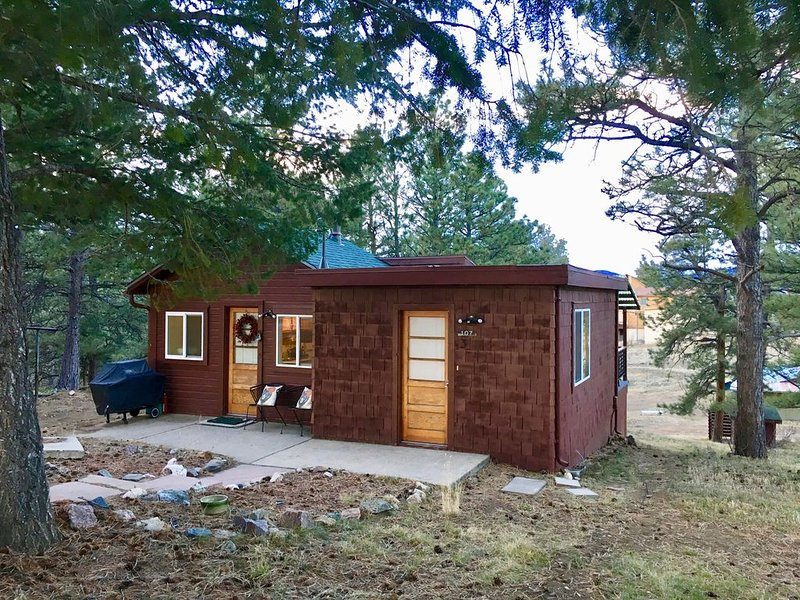 The Moonshiner Cabin at Pine Tree Park on Lookout Mountain - Cabin in the woods, vacation rental in Golden