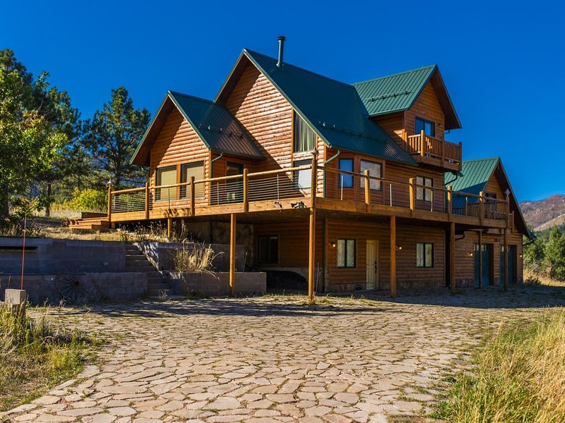 Cascade Mountain Retreat - Best views! Secluded Log Cabin that sleeps 8, aluguéis de temporada em Cascade