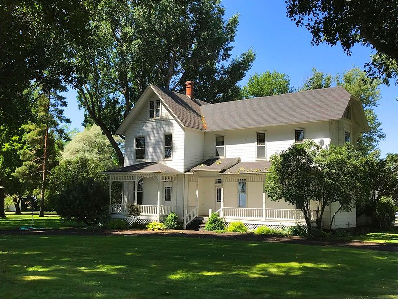Granny's Farmhouse is a historic 1895 Victorian located on a working farm., holiday rental in La Grande
