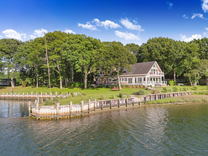 Stunning Waterfront Estate House with 270 degree sea views on 7 private acres, vacation rental in Shelter Island