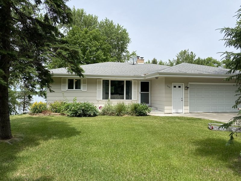 Beautiful Lake Front Home - 45 minutes from the Twin Cities, vacation rental in Buffalo