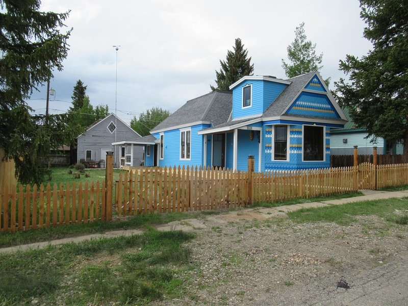 Sunny Victorian just steps away from the main street and Mineral Belt trail., holiday rental in Leadville