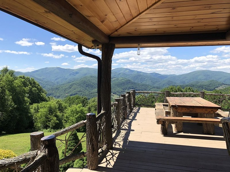Spectacular Long Range Views! 4 Bedrooms. Rustic luxury cabin. Hot Tub.14 Acres, holiday rental in Spruce Pine
