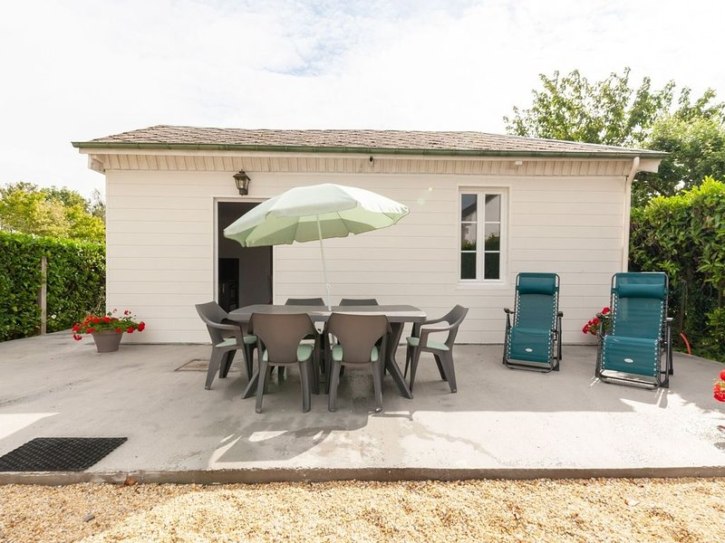 Quaint Holiday Home in Tracy sur Mer near Seabeach, holiday rental in Tracy-sur-Mer
