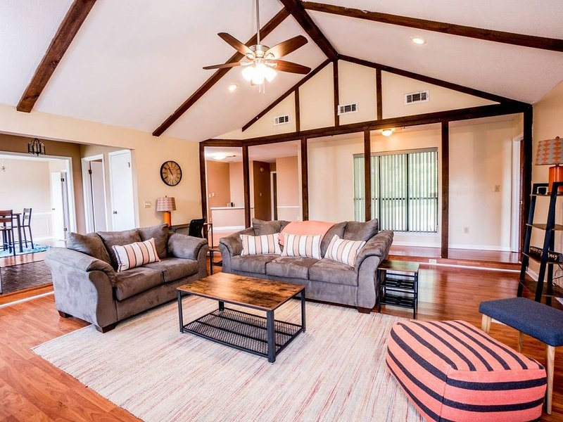 ❤️ Quiet + Kid + Pet Friendly | Contactless Entry | Sanitized + Fast WiFi ❤️, holiday rental in Montgomery