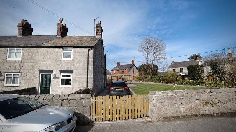 Castle Gates - refurbished house in picturesque village, vacation rental in Kinmel Bay