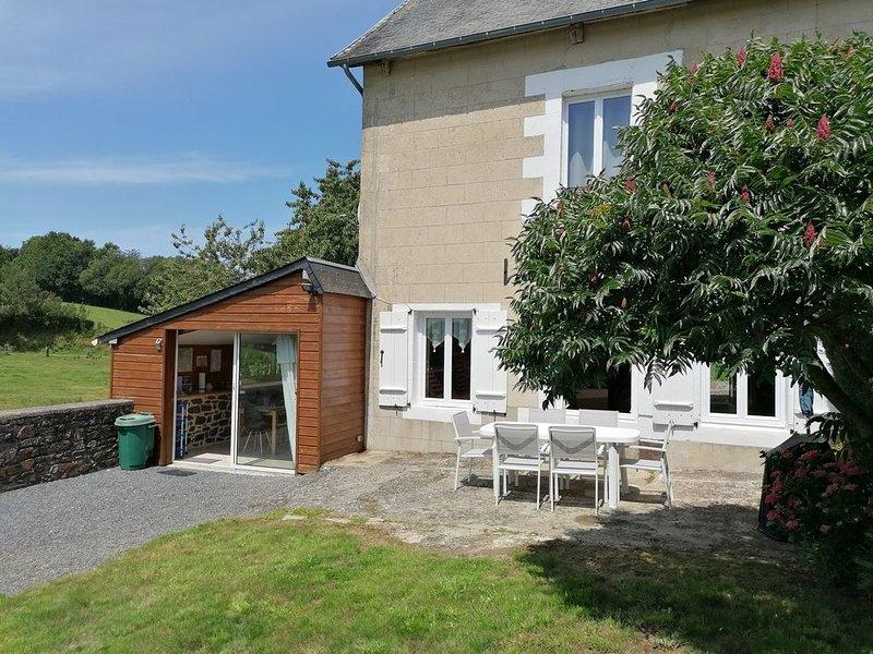 GITE LA PARISIERE, situé à 1.5km du bourg de Gavray (tous commerces), location de vacances à Gavray