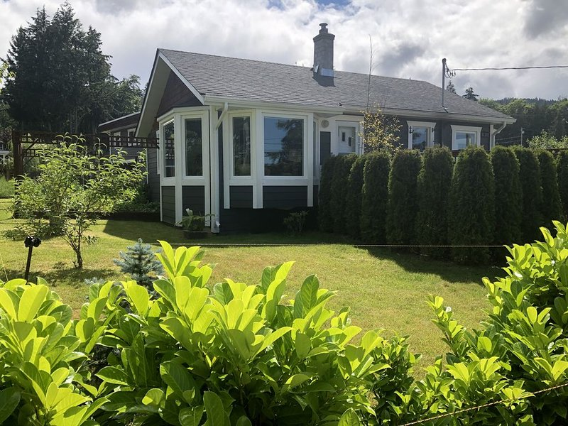 Sunny Saltair Seaview Cottage with Private Hot Tub, holiday rental in Cowichan Valley Regional District