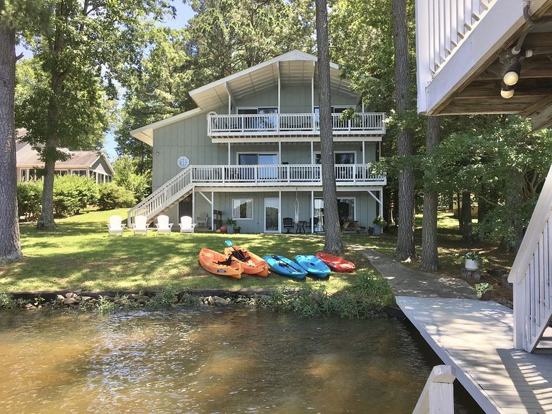 Beautiful sunset view from every floor/balcony. Boat lift, gentle slope to shore, vacation rental in Gaston