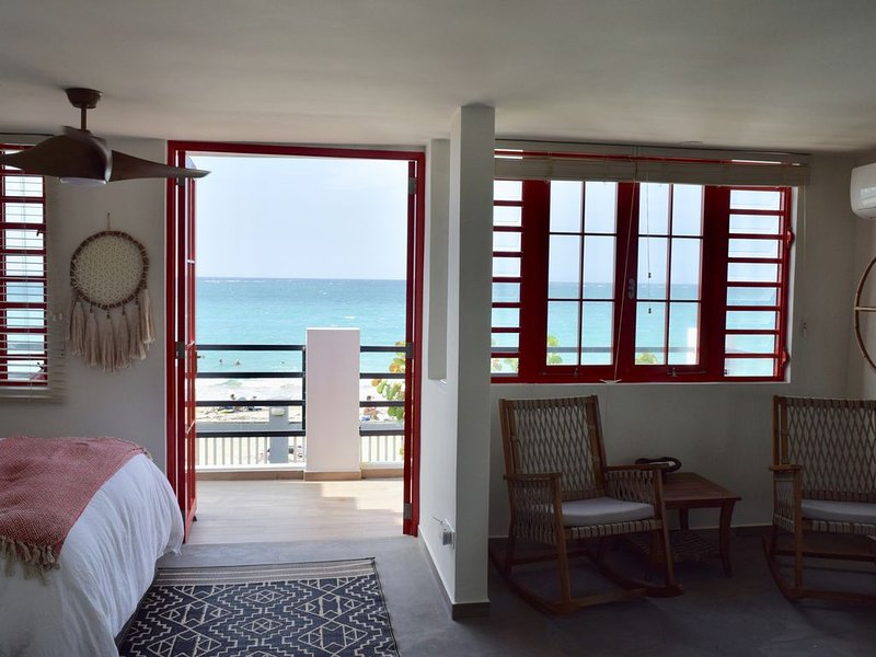 Fully renovated beachfront home with a pool in Ocean Park, vakantiewoning in San Juan