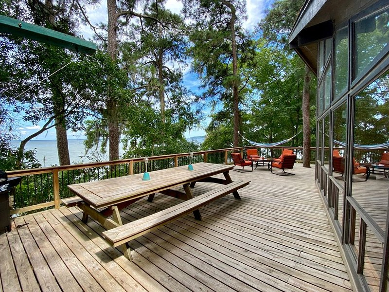"""Lakefront """"Treehouse"""": Private Retreat in the Pines! – semesterbostad i Livingston"""
