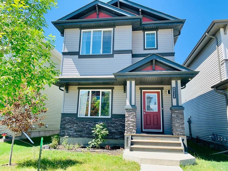 Amazing New 3bdm Home -City life & Country feel., Ferienwohnung in Leduc