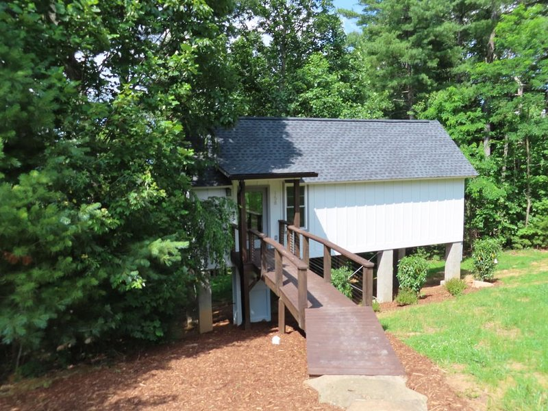 New Construction 1-Bed Cottage, 3.5 miles to Downtown Hendersonville, holiday rental in Laurel Park