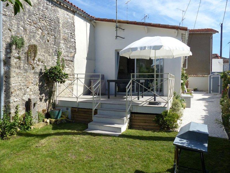 Maison coquette en plein cœur de village, 100 mètres de la plage et commerces., vacation rental in Saint-Georges-de-Didonne