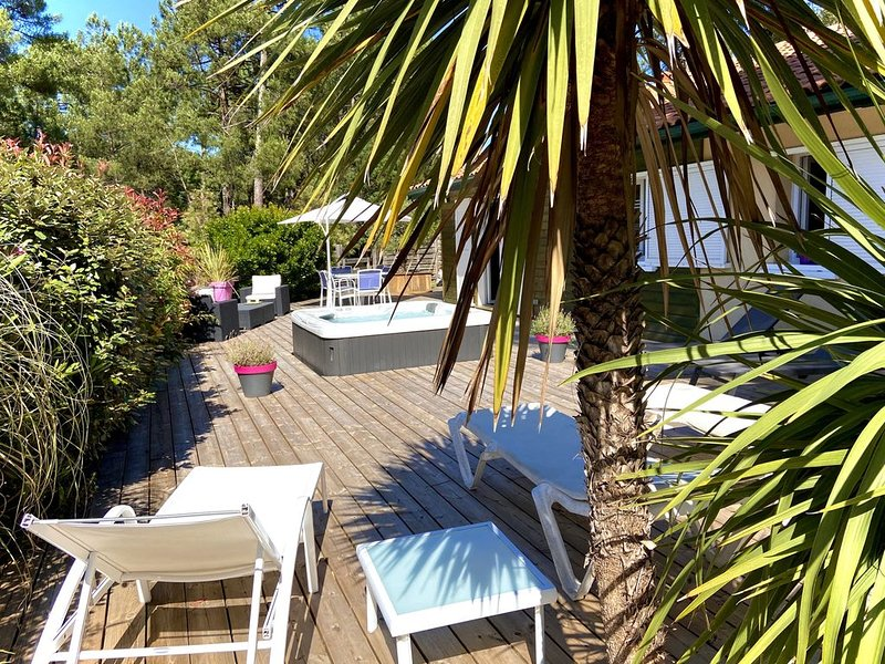 PRETTY VILLA WITH HEATED SPA, WIFI, renovation 2015, facing the golf course LAC, vacation rental in Lacanau
