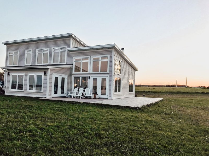 Modern Beachfront Property On The Northumberland Strait, vacation rental in Malagash