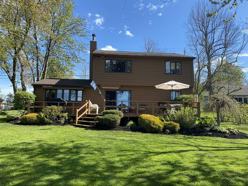 BEAUTIFUL 4 BDRM HOUSE ON LAKE ONTARIO. – semesterbostad i Sodus Point
