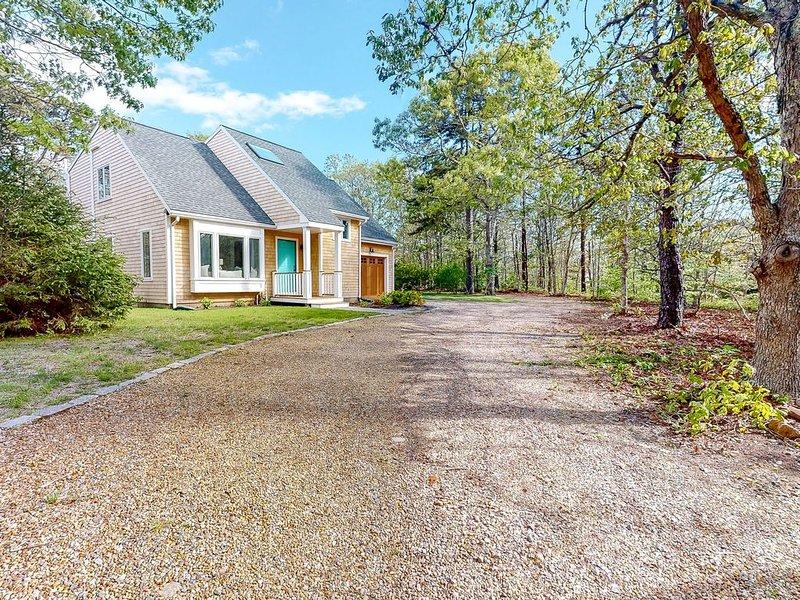New listing! Modern, stylish home w/ large yard, outdoor patio & great location!, alquiler de vacaciones en West Tisbury