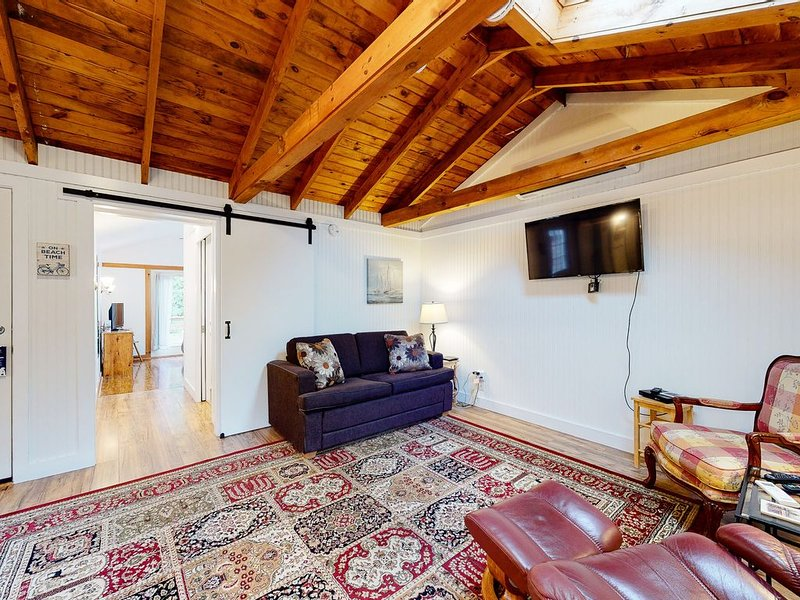 Lovely cottage w/ cable TV and community pool - walk to beach, dogs ok!, holiday rental in Kennebunks