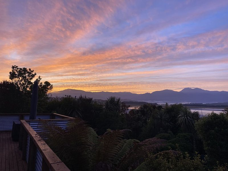 """The """"Real Bach"""" in the Heart of Moana With Amazing Views, alquiler de vacaciones en Greymouth"""