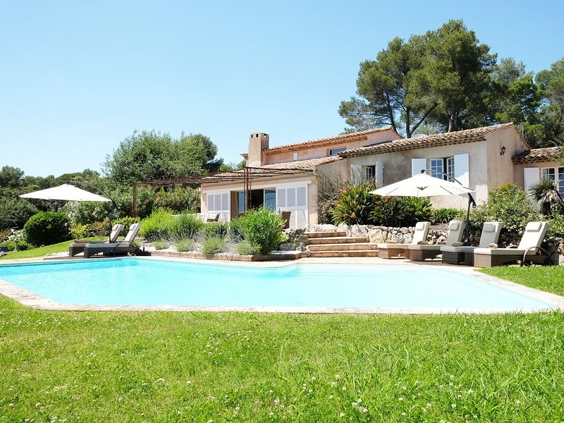 Charming 5 bedroom Villa close to Valbonne on gated domain, holiday rental in Opio