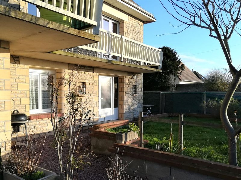 Appartement  dans villa avec jardin  à 400 m plage, holiday rental in Saint-Aubin-Sur-Mer