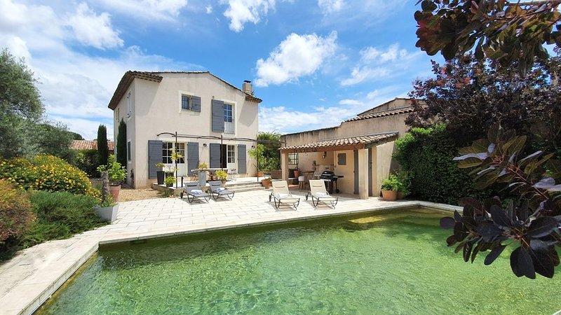 LOURMARIN, ravissante maison de vacances , piscine chauffée, Wifi, parking, holiday rental in Lourmarin