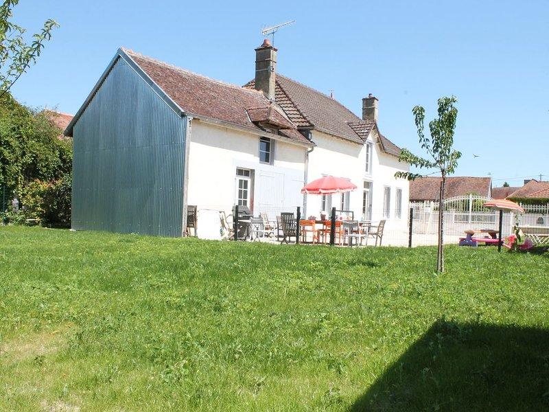 la ferme de mon enfance , maison de campagne proche toutes commodités, vacation rental in Villechetif