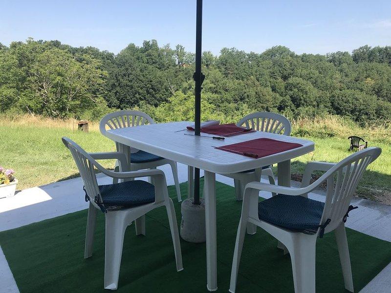 Gite pouvant accueillir 4 adultes et 2 enfants en Périgord noir, Dordogne., holiday rental in Rouffignac-Saint-Cernin-de-Reilhac