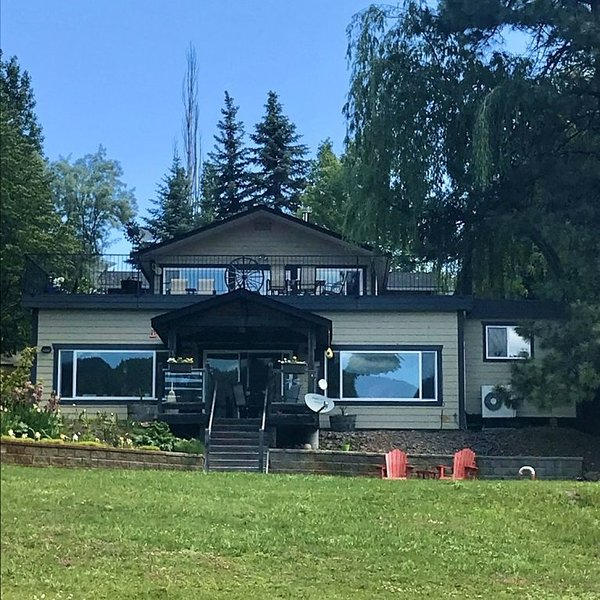 Lakefront Beautiful & Peaceful 2 Bedroom Home - Incredible Lake Views !! House A, holiday rental in Okanagan Falls
