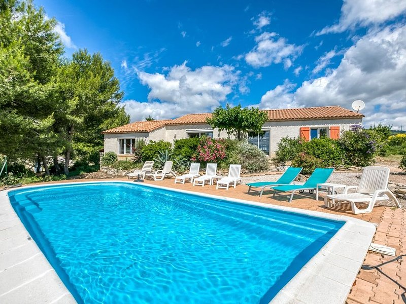 Private villa with swimming pool in beautiful natural surroundings, holiday rental in Paraza