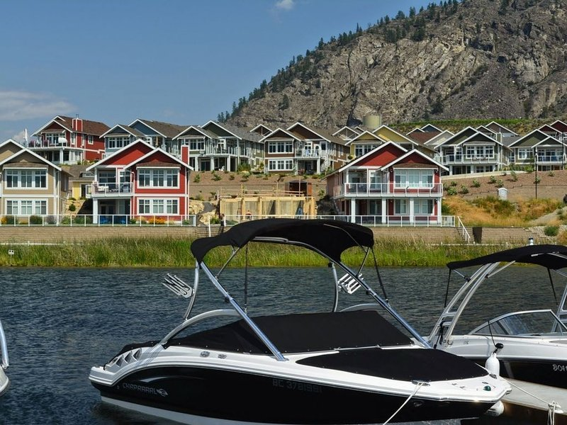 OSOYOOS PRIVATE RESORT HOME STEPS FROM THE LAKE – semesterbostad i Oliver