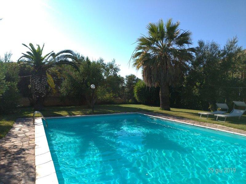 Tranquillità e relax in una villa immersa nel verde a Trani, holiday rental in Trani