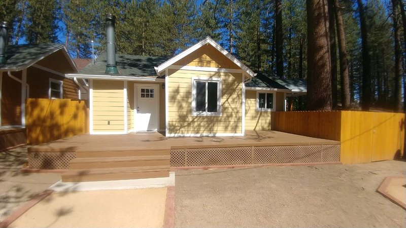 Deck, stone fireplace & private yard, location de vacances à Big Bear Region
