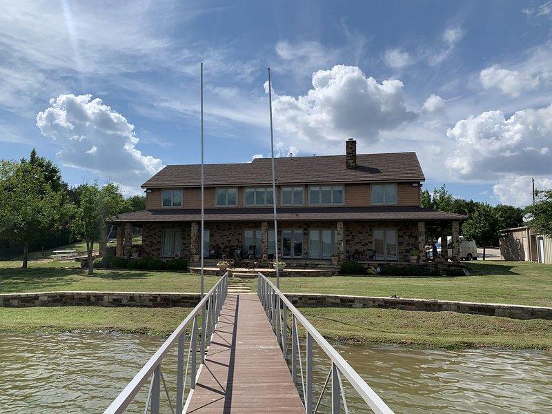 Beautiful and spacious lake front property with brand new dock., aluguéis de temporada em South Bend