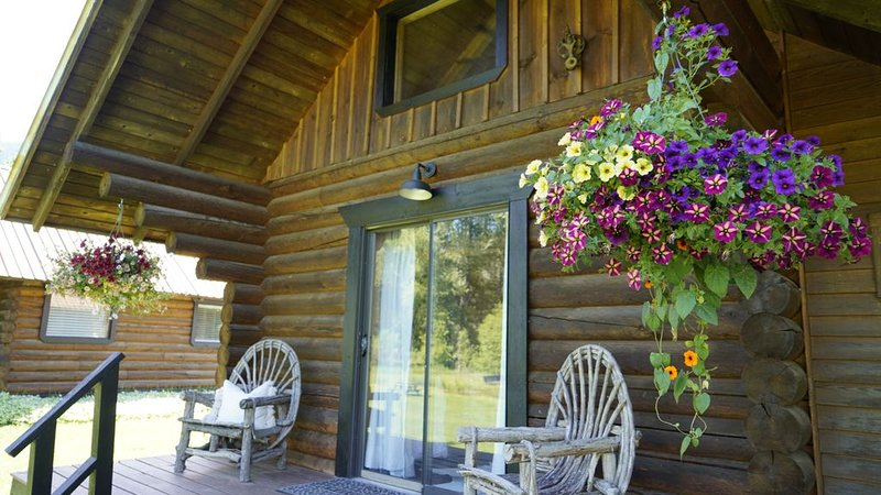 Cabin Retreat - Two Paws Cabin, vacation rental in Kootenai