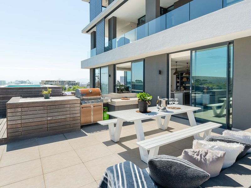Luxury Penthouse-Living | Pool Deck | BBQ | Views, holiday rental in De Waterkant