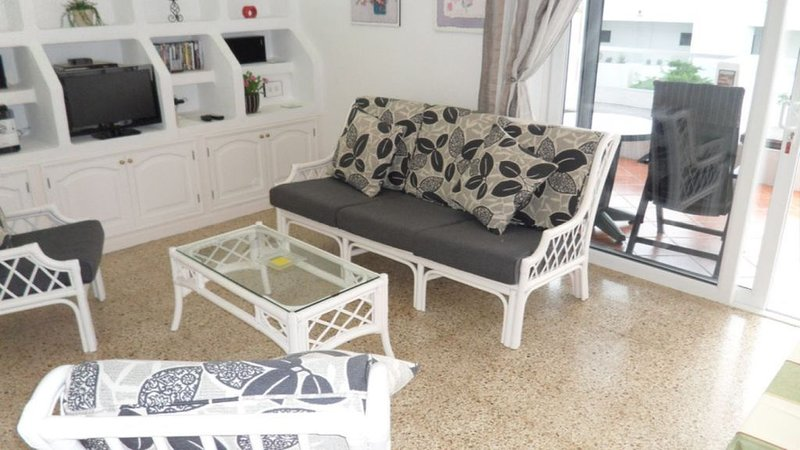 1 Bedroom Apartment with  South Facing Patio Free Wi-Fi and English TV Channel, holiday rental in Tias