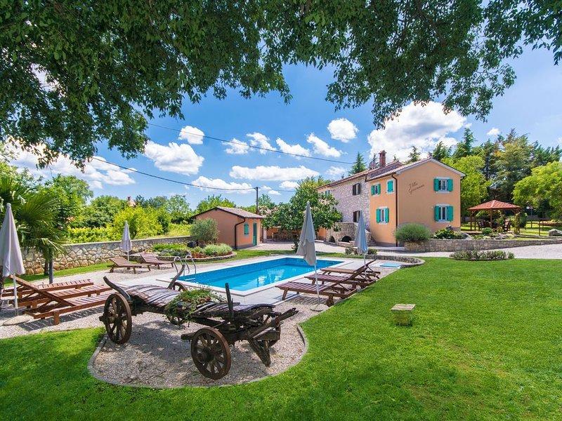 Charmant eingerichtete Villa mit Pool in einem wunderschönen Landschaftsgarten, location de vacances à Jurazini