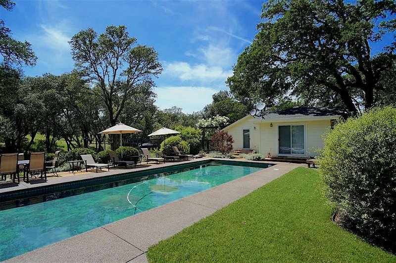 Wine Country Home on Chalk Hill - main house + pool house (up to 12 guests), vacation rental in Healdsburg