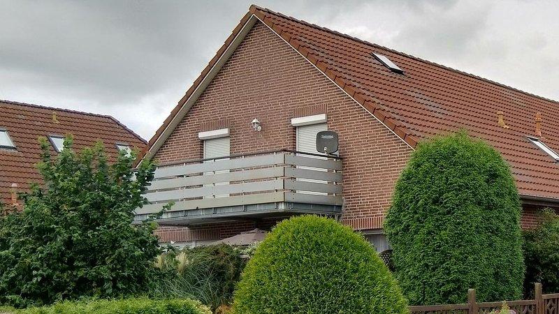 Gemütliche 55m² Dachgeschosswohnung in der 1.Etage mit Südbalkon in Dornum, holiday rental in Utarp