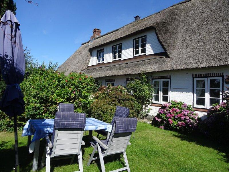 Entspannung am Meer in historischem Reetdachhaus; WLAN frei, Garten, 2 Duschen, holiday rental in Hasselberg