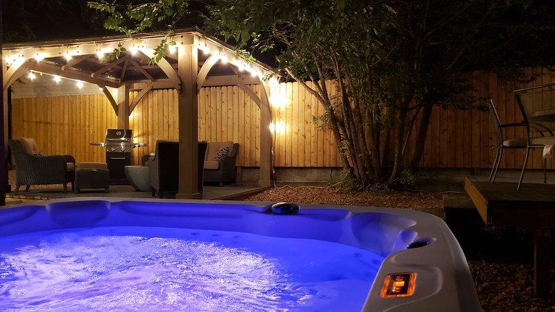 Large Private Gem, Huge Hot Tub, Patio, BBQ, Fenced Yard!, aluguéis de temporada em North Salt Lake