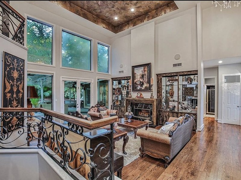 Stunning custom home sited on very private lot with pool/spa, vacation rental in Oak Ridge North