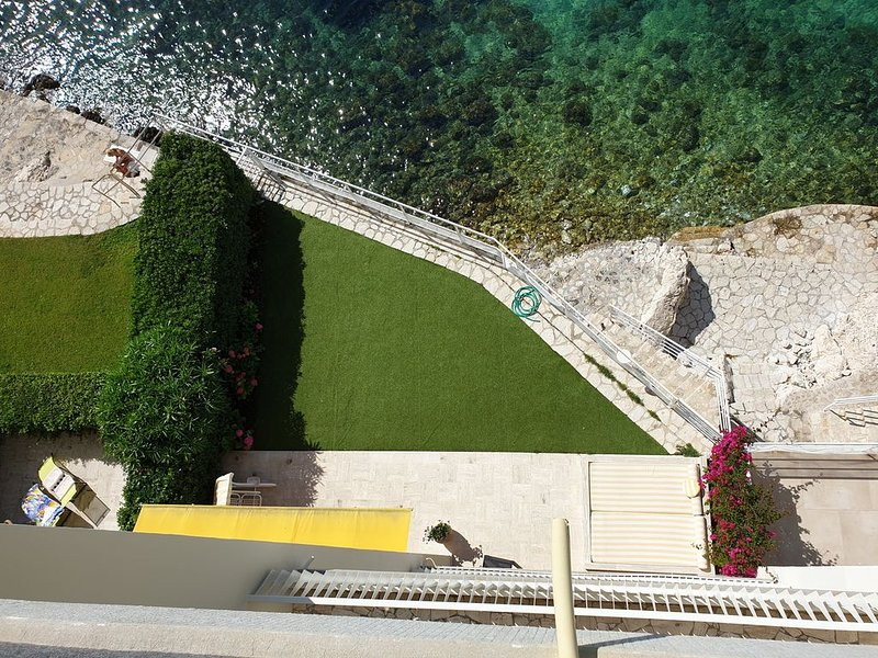Waterfront Ground floor, 2 Bed, 2 Bath, Direct Sea access from your Private Yard, holiday rental in St-Jean-Cap-Ferrat