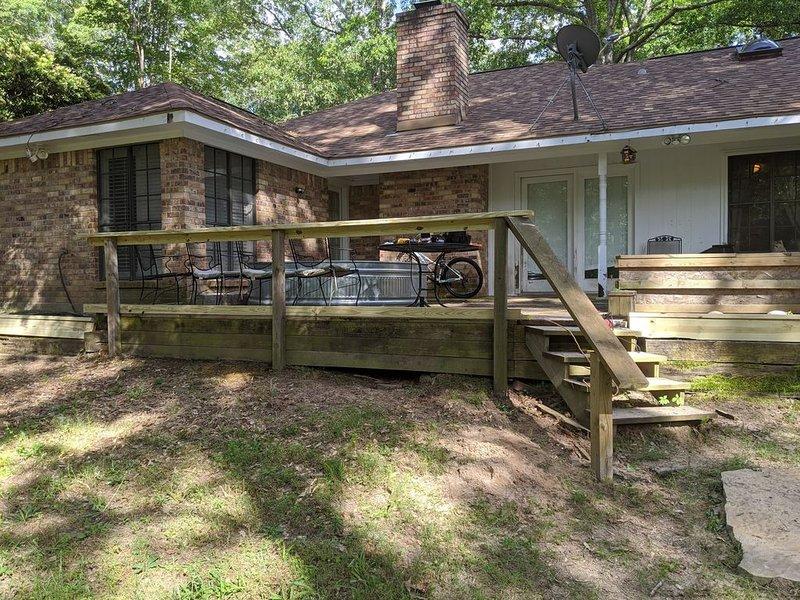 Cottage in the Woods with 3 mile walking trail, location de vacances à Flint