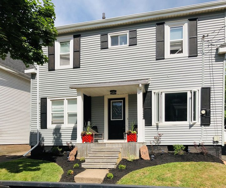 Spacious Charlottetown 4 Bed Home-walking Distance to Waterfront, holiday rental in Cornwall