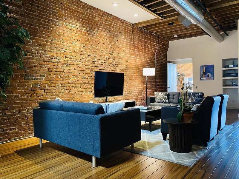 Amazing Historic Downtown Urban Loft, holiday rental in Henryville