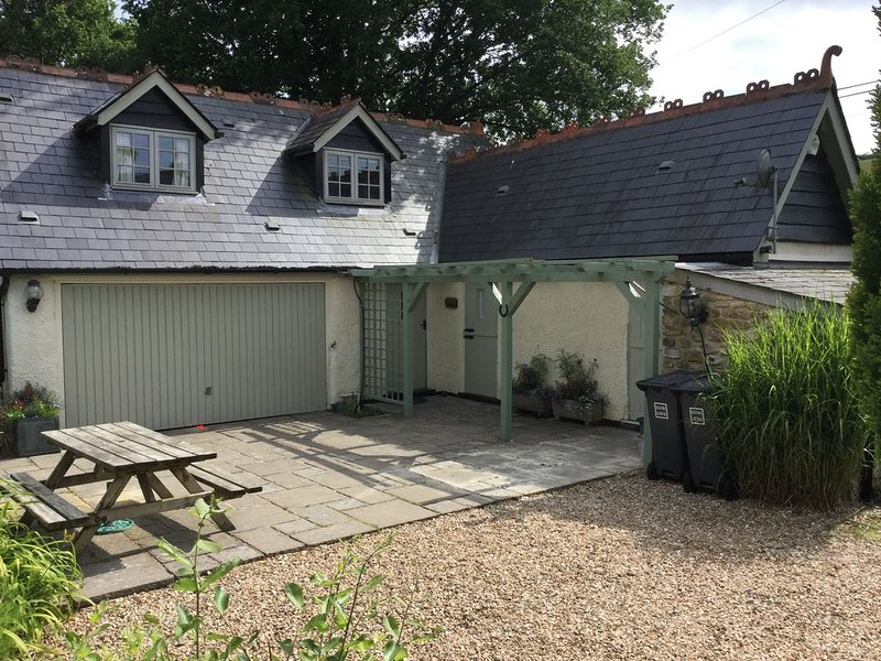 Charming Well Equipped Lodge by the Beautiful River Yarty, vacation rental in Axminster